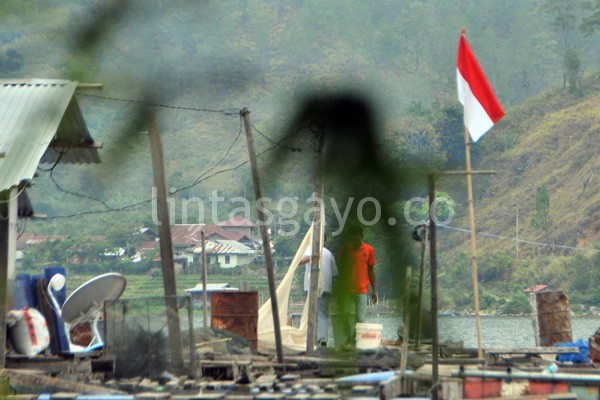 Merah Putih di Keramba Jaring Apung Tanyor Nunguk Lut Tawar. (Kha A Zaghlul)