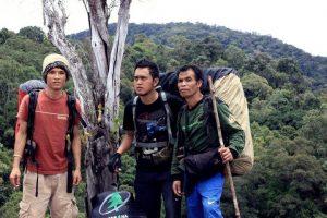 Mr.Jali (paling kanan) saat menjadi Guide di Danau Marpunge, Gayo Lues. (Adwin Maulana)