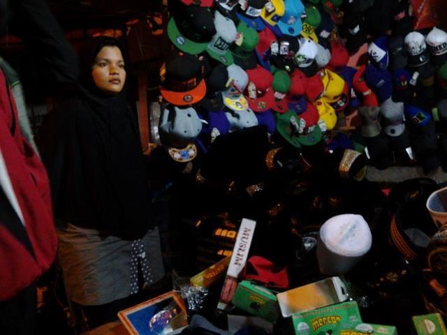 Pedagang topi dan peci mengaku penjualannya turun drastis dari tahun sebelumnya