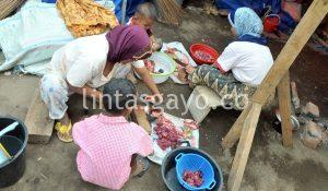 Ibu rumah tangga sedang menyiapkan daging Meugang Idul Fitri.(LGco-Kha A Zaghlul)