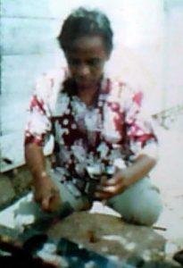 Syeh Kilang saat membuat alat musik Gerantung. (Doc. Nasiruddin)