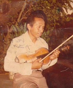 Syeh Kilang bersama biola kesayangannya. (Doc. Nasiruddin)