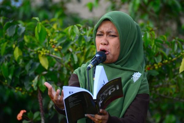Ekpresi Zuliana Ibrahim saat membacakan puisi. (Munawardi)