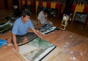 Persiapan pameranfoto di Anjungan Aceh Tengah (Foto : Aman Renggali)