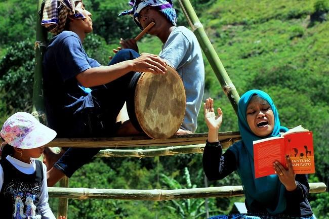 Zuliana Ibrahim Baca Puisi diiringi Gegedem dan Soling Gayo (Foto Aman Renggali)