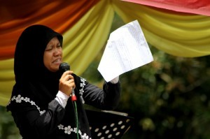 Zuliana Ibrahim Membacakan Puisinya ditengah ribuan penonton pada tgl 8 September 2013. (Foto. Aman Renggali)