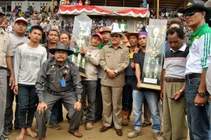 Bupati Gayo Lues, Ibnu Hasim berfoto bersama diapit Sekretaris PORDASI Aceh Tengah, drh Rahmandi dan ketua kontingen Aceh Tengah. Raduansyah. (Zulfikar)