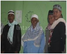 Tgk. Baharuddin Usman, di apit oleh para Jama'ah Thariqat Naksabandiyah (LintasGayo.co : Rahman)