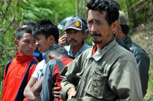 Keluarga dan rekan korban menunggu hasil pencarian. (Kha A Zaghlul)