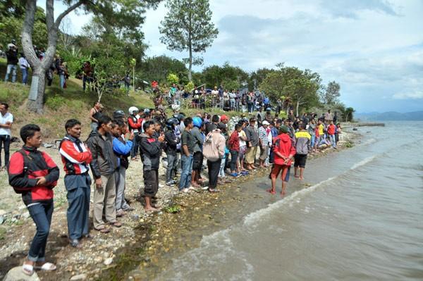 Ratusan warga yang menunggu pencarian korban. (Kha A Zaghlul)