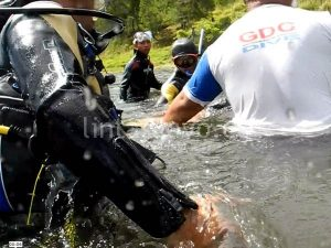 Korban dievakuasi kepermukaan air.(LGco - Munawardi)