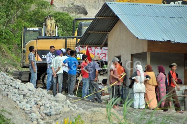 Warga dan mahasiswa GMNI saat mendatangi lokasi penggalian material di WIh Pelang, jum'at 4 Oktober 2013. (Kha A Zaghlul)