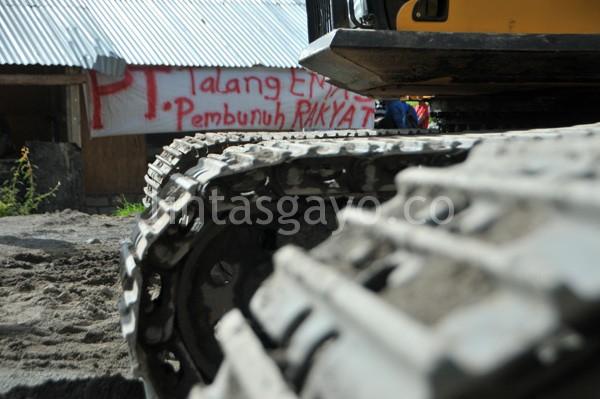 Selembar spanduk dibentangkan di posko pekerja PT. Talang Mas di Wih Pelang. (Kha A Zaghlul)