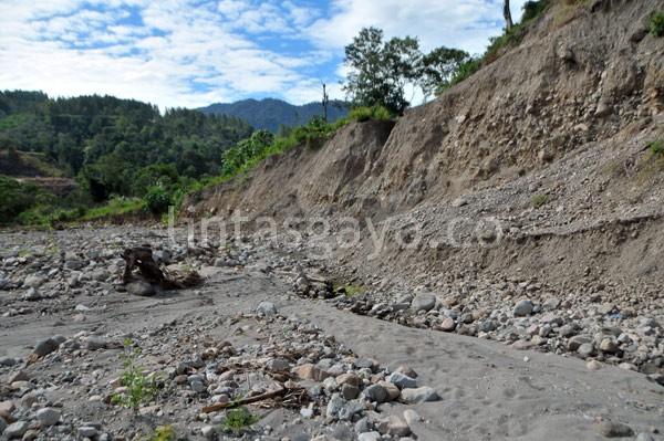 Sisi kanan areal ini merupakan lokasi aliran sungai Wih Pelang sebelum aktivitas penggalian pasir dan batu PT Talang Mas. (Kha A Zaghlul)     Sisi kanan areal ini merupakan lokasi aliran sungai Wih Pelang sebelum aktivitas penggalian pasir dan batu PT Talang Mas. (Kha A Zaghlul)