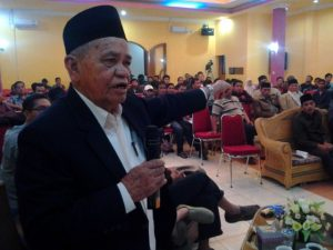 Drs. Mahmud Ibrahim saat utarakan pendapat di acara Menatap Gayo, Kamis 7 Nopember 2013 di hotel Linge Land Takengon. (Kha A Zaghlul)