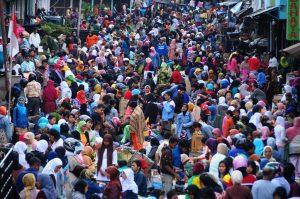 Aktivitas pasar tradisional di Jalan Peteri IjoTakengon. (Kha A Zaghlul)