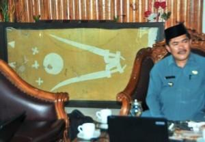 Bupati Gayo Lues dengan bendera kerajaan Linge. (LGco_Kha A Zaghlul)