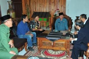 Ibnu Hasyim saat menerima perwakilan inisiator pembentukan Dewan Adat Gayo. (LGco | Darmawan Masri)