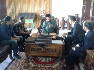 Inisiator Pembentukan Dewan Adat Gayo bersama Bupati Gayo Lues, Ibnu Hasyim (Wein Mutuah | LintasGayo.co)