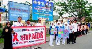 Peringati hari AIDS se Dunia, Ratusan Mahasiswa STIKES YPNAD Long March