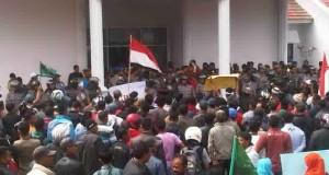 Ratusan Massa Korban Gempa Mulai Berkumpul di Depan DPRK Aceh Tengah