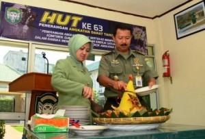 Kapendam IM Kolonel Arh Subagio Irianto memotong Tumpeng. (ist)
