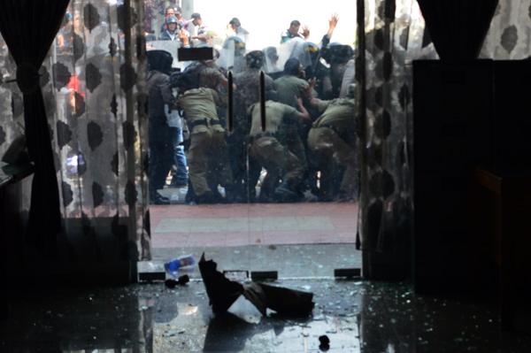 Aksi dorong massa dengan aparat kemanan di depan gedung DPRK Aceh Tengah. (LGco-Rz)