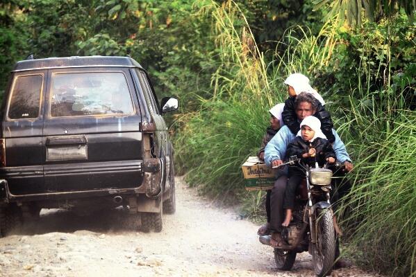 Lalu lintas warga pengguna jalan dari dan ke Kemukiman Samarkilang. (LintasGayo.co | Munawardi)