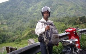 Ikmal Gopi saat di Koto Tinggi Sumatera Barat  beberap tahun lalu menelusuri jejak sejarah Radio Rimba Raya. (ist)