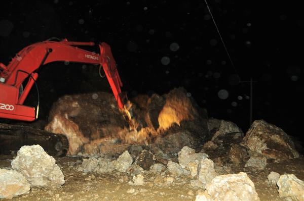Alat berat sedang berupaya membuka jalan yang ditimpa reruntuhan tanah dan batu di lokasi runtuhnya tanah dan batu di Retak Lelabu Kecamatan kebayakan Aceh Tengah. (LGco-Khalis)