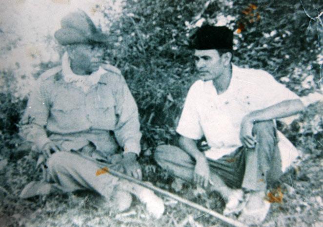 Pejuang Kemerdekaan Republik Indonesia sekaligus tokoh perjuangan DI/TII Aceh, Tgk Ilyas Leube yang merupakan sosok kelahiran Kenawat Lut Aceh Tengah saat berbincang-bincang dengan Tgk Daud Berureueh di Beurenuen tahun 1958. Foto direpro dari koleksi Salamah Binti Salihin Inen Hudna, istri Almarhum Ilyas Leube, Senin (13/2/2012). (LGco-Kha A Zaghlul)