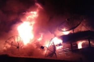 Saat kobaran api melalap rumah warga  Desa Penampaan Gayo Lues. (LGco-Nuar)