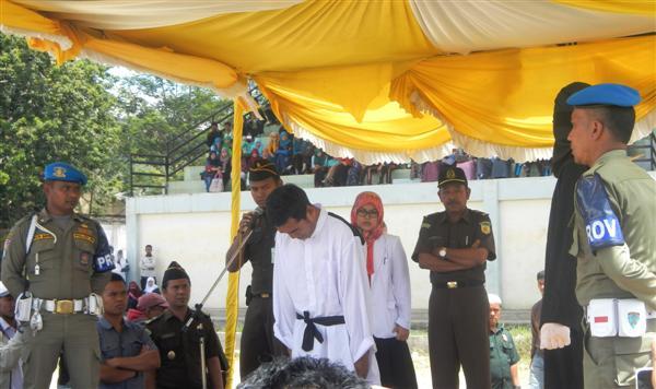 Hukuman cambuk di Takengon, Selasa 24 Juni 2014. (LGco_M Yusuf)