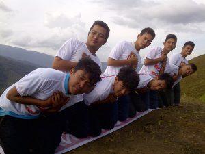 Pemuda relawan Jenggala Gayo Lues menari Saman di puncak Genting (Foto: Ist)