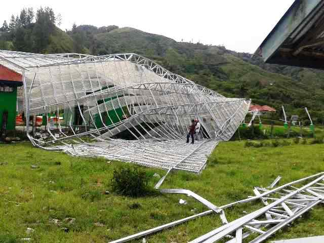 Kerusakan atap lantai jemur KBQ Baburrayyan akibat dihempang angin. (Ist)