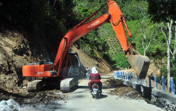 Alat berat sedang bekerja di jalan Bur Lintang. (LGco_Kha A Zaghlul)