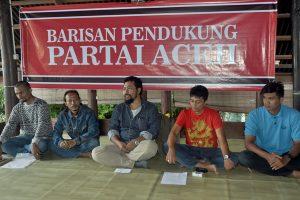 Azmi (tengah) pada jumpa pers di Banda Aceh (foto:lg)