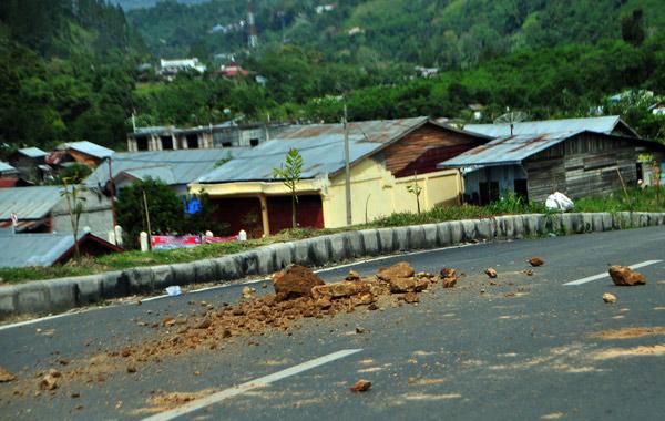 Serakan batu bercampur tanah di jalan mulus dua jalur Tan Saril Takengon