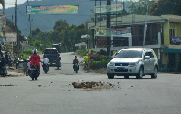 Serakan tanah dan batu di Simpang Tan Saril