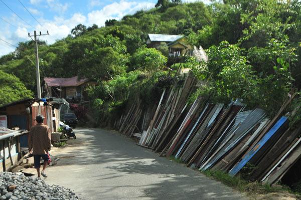Bahan bangunan bekas yang masih bisa dipakai untuk bangunan rumah warga. (LGco_Kha A Zaghlul)
