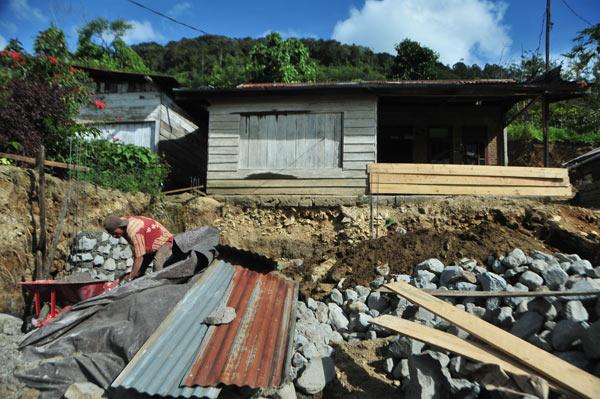Bahan-bahan bangunan berserakan.  (LGco_Kha A Zaghlul)