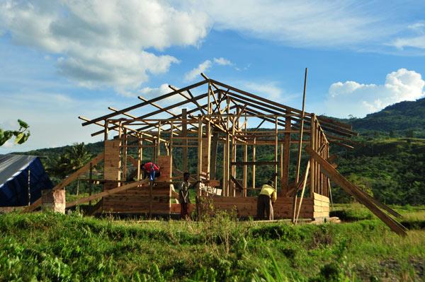 Warga sedangn membangun rumah di Kecamatan Ketol. (LGco_Kha A Zaghlul)