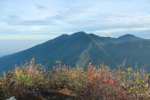 Gunung Geureudong yang diabadikan dari puncak gunung api Burni Telong. (Okta Bina)
