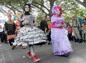 Busana yang dirancang menggunakan kertas koran yang peragakan siswi di Banda Aceh