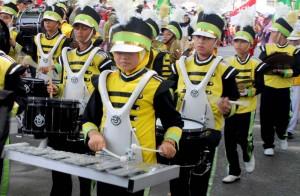 Aksi Drum Band pelajar SMU