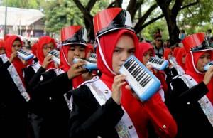 aksi pelajar SMP meniup pianika memainkan lagu Bungong Jeumpa