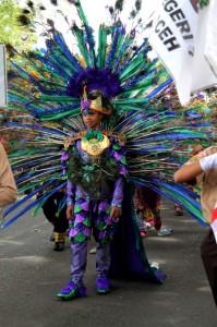 Salah seorang peserta memakai busana bergaya burung merak