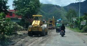 [foto] Alat berat bekerja di jalan Bener Meriah