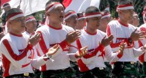 """Foto prajurit Kodam Iskandar Muda menari """"Likok Pulo"""" di Banda Aceh"""