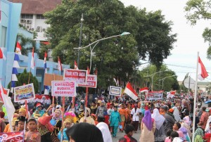 Murid SD melawati jalan perempatan Gedung Infokom Banda Aceh